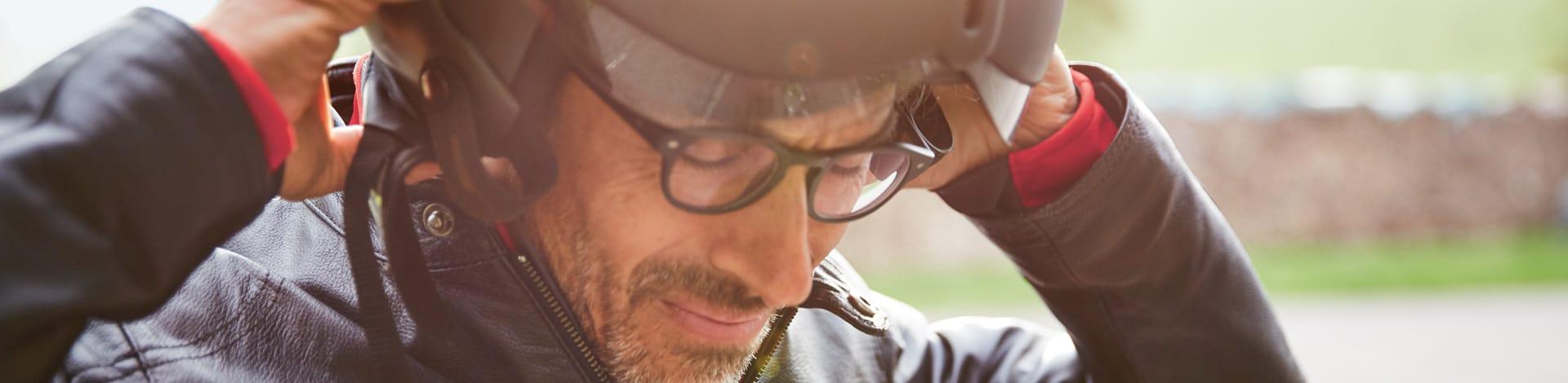 Assurance moto et scooter - un monsieur met son casque