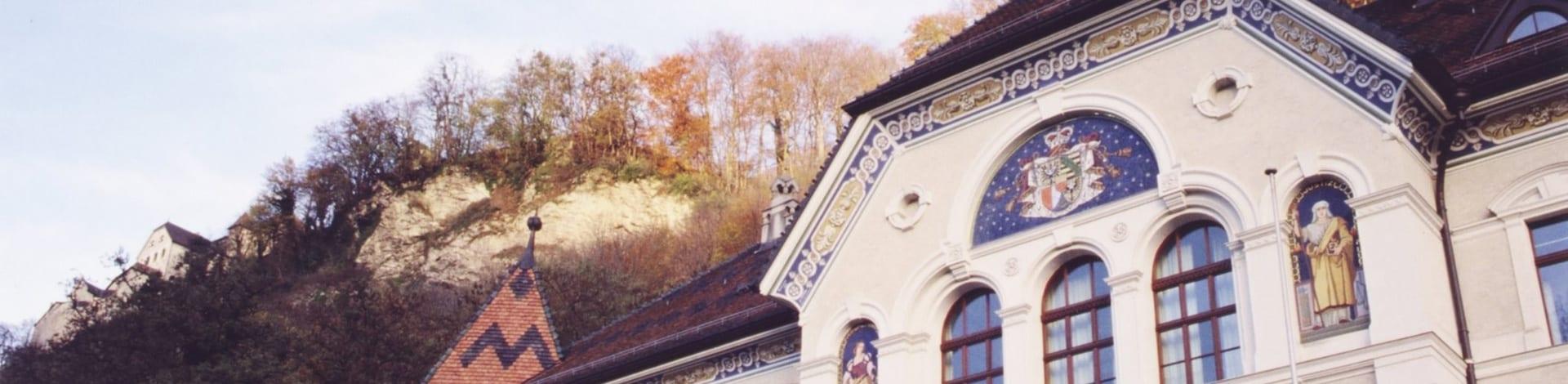 Gebäude mit Hügel in Vaduz