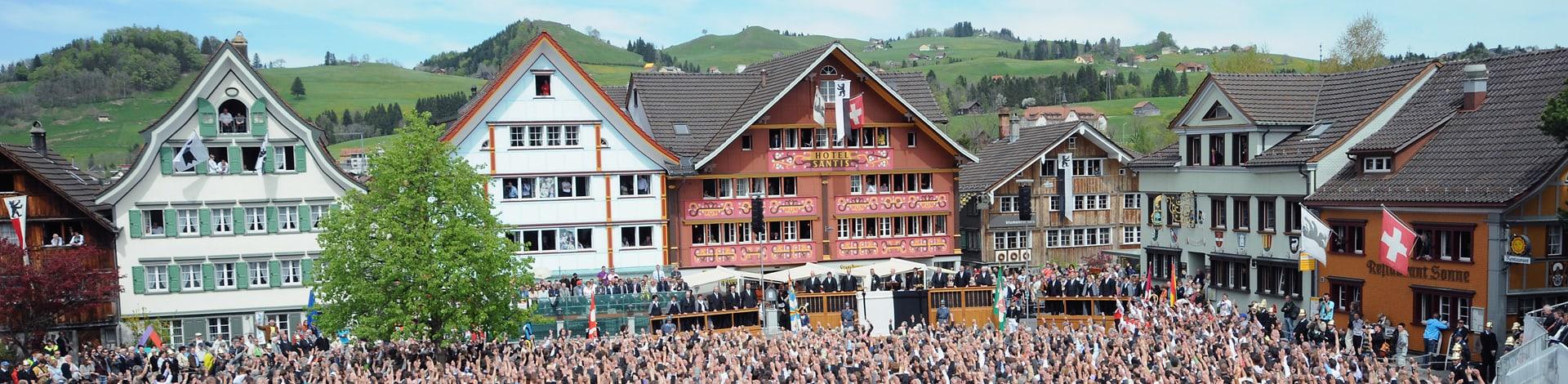 Volk auf Platz in Appenzell