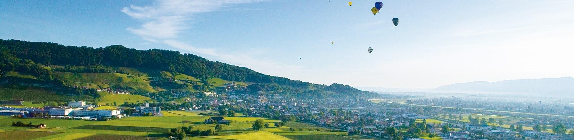 Aussicht auf Hügel und Stadt